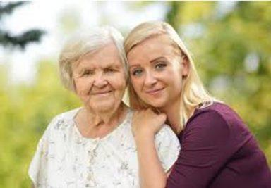 wolontariusz ze starszą osobą