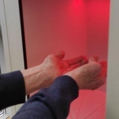 Moment dezynfekcji rąk w stacji