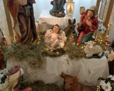 Szopka na poziomie 0: figurka Dzieciątka Jezus, Maryi, Św. Józefa, anioła, baranków i osiołka