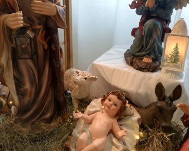 Figurka Dzieciątka Jezus, anioła i świętego Józefa z szopki na poziomie 0
