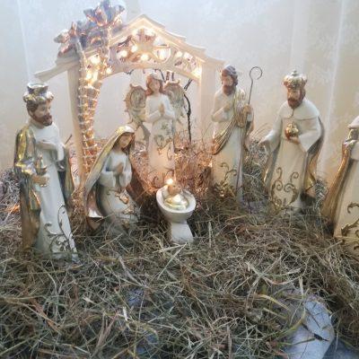 Dekoracja na piętrze: szopka z biało-złotymi figurkami: Dzieciątko Jezus, święty Józef, Maryja, anioł i Trzech Króli