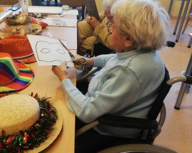 Seniorka przygotowuje noworoczną maskę