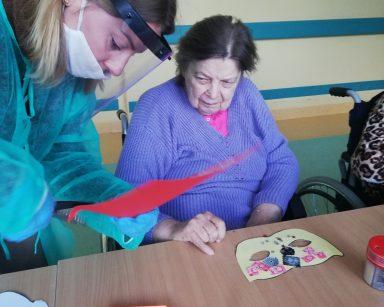Seniorka z psycholożką Marią Skubich-Wiczling przygotowują noworoczne maski