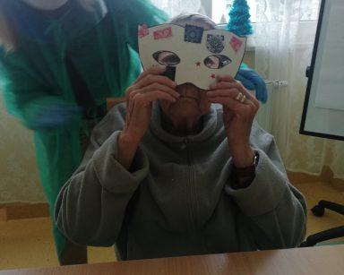 Seniorka z psycholożką Marią Skubich-Wiczling prezentują noworoczne maski