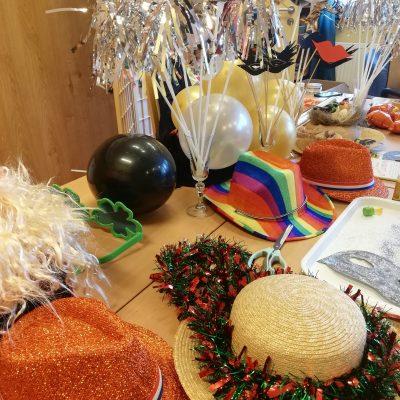 Na stole leżą noworoczne ozdoby: kapelusze