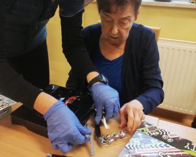 Terapeutka Magda Poraj-Górska z seniorką rozkładają grę