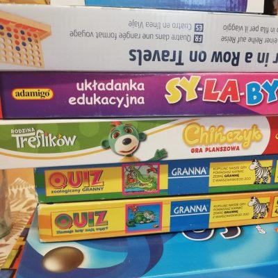 Stos kolorowych gier planszowych