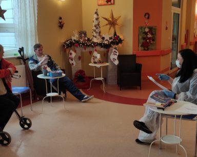 Terapeutka Gosia Jancelewicz z seniorami w trakcie zajęć ćwiczenia pamięci
