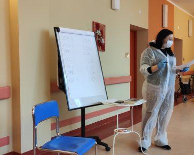 Terapeutka Gosia Jancelewicz przy tablicy flipchart w trakcie zajęć