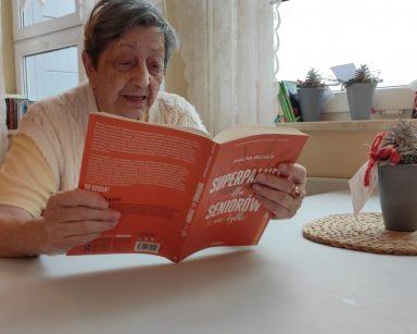 Seniorka czyta książkę