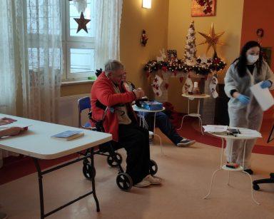 Terapeutka Gosia Jancelewicz z grupą seniorów