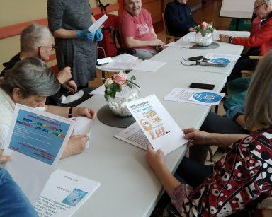 Konsultacje w ramach projektu EASY TO READ. Grupa seniorów pracuje z neurologopedką Anną Szmają-Wysocką