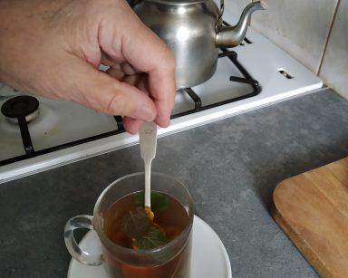 Szklanka z herbatą z listkami mięty