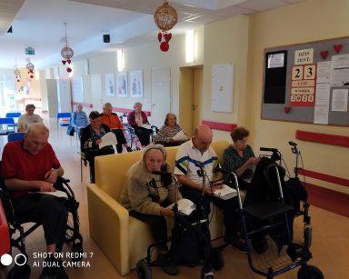 Seniorzy uczestniczą w nabożeństwie, odśpiewują Gorzkie żale. W rękach mają teksty pieśni