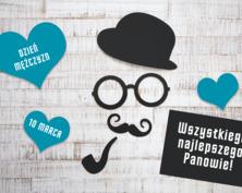 Na szarym tle widać trzy niebieskie serca oraz wycięte z czarnej tektury: melonik, okulary, wąsy, fajkę oraz prostokąt z białym napisem: Wszystkiego najlepszego Panowie!