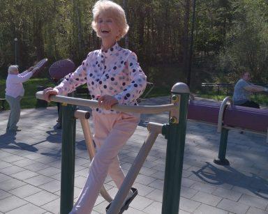 Siłownia zewnętrzna. Na świeżym powietrzu ćwiczą seniorzy.