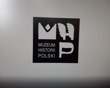Logo. Czarny kwadrat z białym napisem: Muzeum Historii Polski.