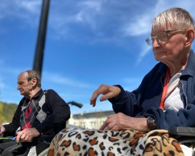 Słoneczny dzień, błękitne niebo. Na świeżym powietrzu dwóch seniorów gra razem w boule.