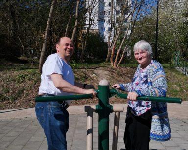 Słoneczny dzień. Dwoje seniorów ćwiczy na świeżym powietrzu.