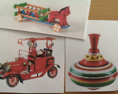 Widok z góry. Trzy zdjęcia, na nich zabawki: drewniane koniki z wozem, stary wóz strażacki, kolorowy bączek.