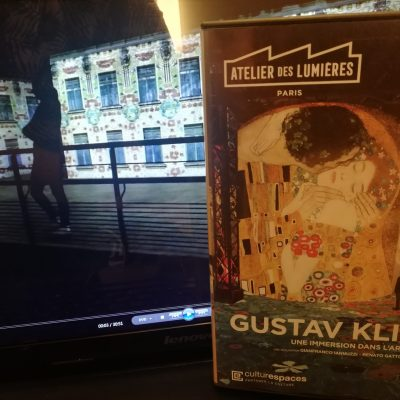 """Kadr z cyfrowej wystawy malarstwa w Atelier des Lumières. Fragment obrazu """"Pocałunek"""" Gustava Klimta."""