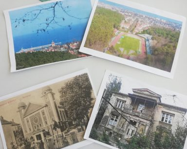 Widok z góry. Na stole cztery zdjęcia Sopotu: dwa budynki, morze i molo, stadion.