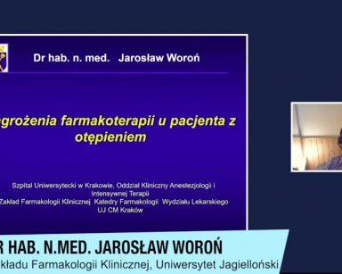 Ekran projektora. Na nim kadr z wykładu doktora habilitowanego nauk medycznych Jarosława Woronia.