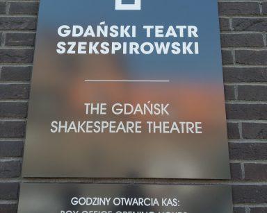 Tabliczka na gmachu Teatru Szekspirowskiego. Po polsku i angielsku zapisana nazwą teatru i godziny otwarcia.