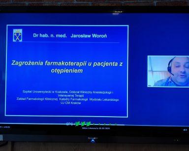 Ekran telewizora. Na nim kadr z wykładu doktora habilitowanego nauk medycznych Jarosława Woronia.