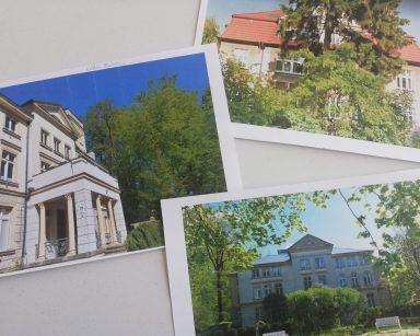 Widok z góry. Na blacie trzy zdjęcia budynku. Na jednym zdjęciu podpis Willa Herbstów.