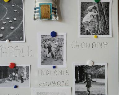 Tablica ze zdjęciami dzieci w trakcie zabaw. Wypisane nazwy gier: guma, kapsle, skakanka, Indianie i kowboje.