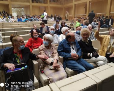 Sala teatru. W dwóch pierwszych rzędach uczestnicy Dziennego Domu. Z tyłu inni widzowie.