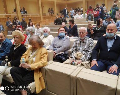 Sala teatru. W dwóch pierwszych rzędach kierownik Arkadiusz Wanat i uczestnicy Dziennego Domu. Z tyłu inni widzowie.