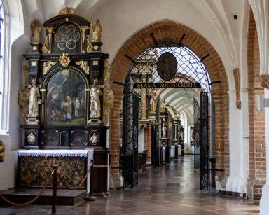 Wnętrze kościoła. Na wprost brama z napisem