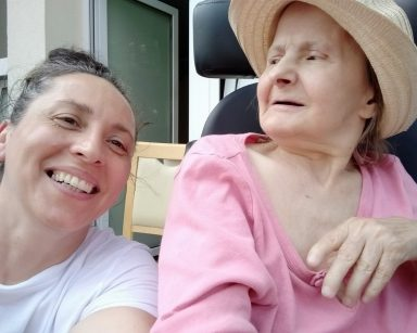 Terapeutka Magdalena Poraj-Górska i seniorka pozują do wspólnego zdjęcia.