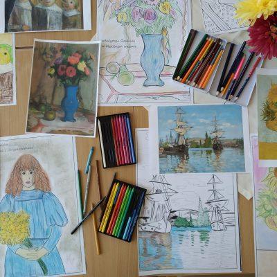 Na blacie rozłożone obrazy słynnych malarzy oraz ich wersje do kolorowania, kolorowe kredki.