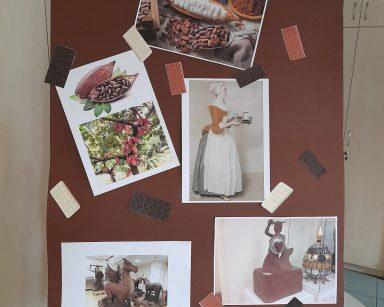 Na tablicy flipchart obrazki: ziarna kawowca, rzeźby z czekolady. Poprzypinane małe obrazki tabliczek czekolady.