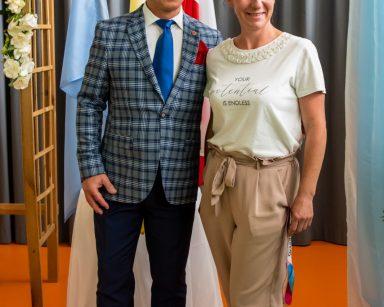 Artysta Dariusz Wójcik i kierownicza Ewa Siłakiewicz-Witt pozują do wspólnego zdjęcia.