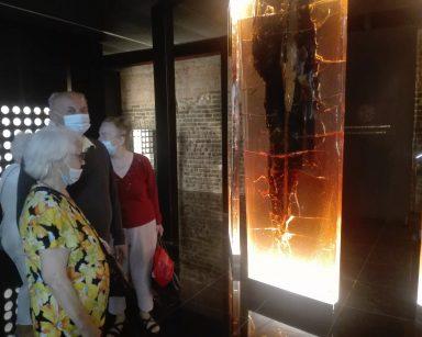 Muzeum Bursztynu. Seniorzy oglądają eksponaty.