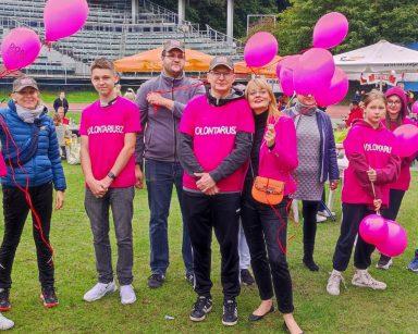 Na Stadionie Leśnym dyrektorka Agnieszka Cysewska, pracownicy i wolontariusze. Pozują do wspólnego zdjęcia.