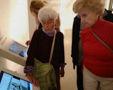Seniorki zwiedzają Muzeum Emigracji w Gdyni.
