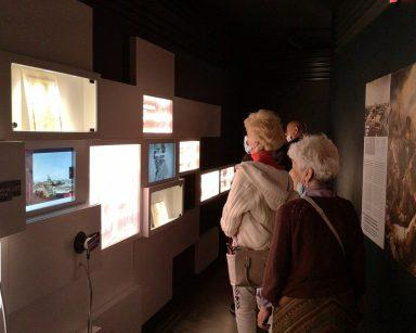 Seniorzy zwiedzają Muzeum Emigracji w Gdyni.