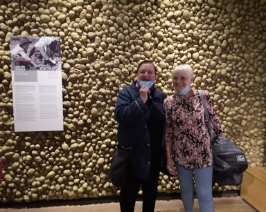 Dwie seniorki. Śmieją się i pozują do zdjęcia w Muzeum Emigracji w Gdyni.